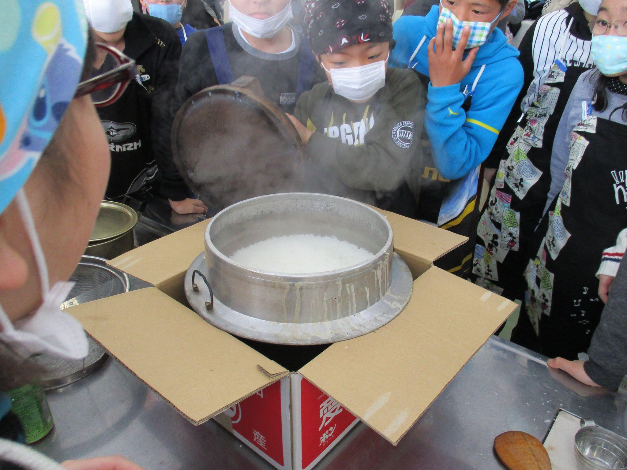 小学校でのかまどご飯炊きのお手伝いに行きました