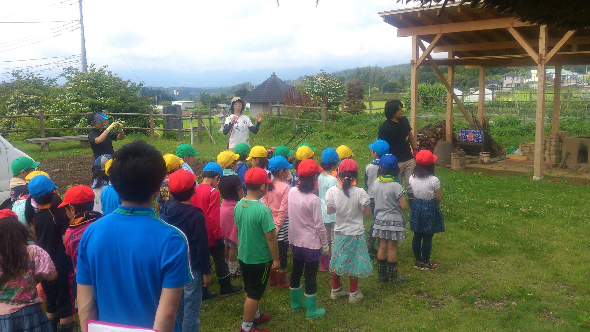 地元の小学生と大豆の種まきをしました