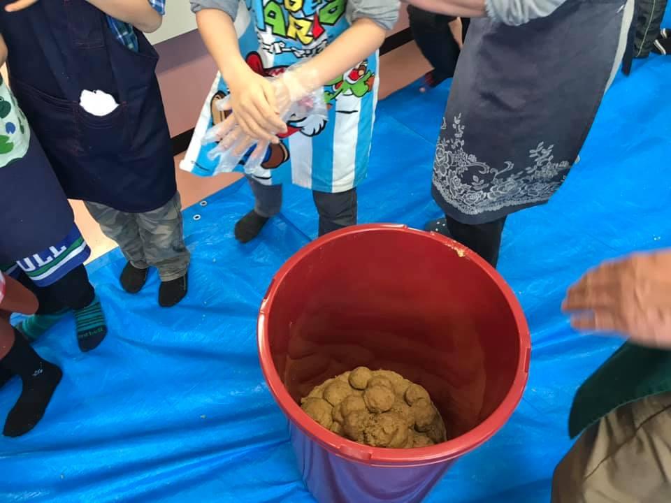地元の小学生と味噌作り体験